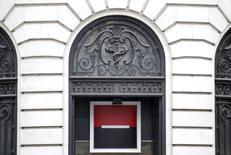 Société générale a lancé jeudi un plan de digitalisation de sa banque de détail, qui prévoit notamment la suppression de 20% de ses agences et de 2.000 emplois, ainsi qu'une montée en puissance de sa banque en ligne Boursorama. /Photo prise le 19 mai 2015/REUTERS/Christian Hartmann