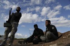 Боевики сирийской повстанческой группировки Ахрар аш-Шам вблизи Мурека. 16 марта 2015 года. Сирийские мятежники в ходе ожесточённых боев отбили у правительственных сил город, расположенный на основной автомагистрали на западе страны, сообщили повстанцы и базирующаяся в Великобритании организация Syrian Observatory for Human Rights. REUTERS/Khalil Ashawi