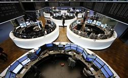 Трейдеры на фондовой бирже во Франкфурте-на-Майне. 4 ноября 2015 года. Большинство европейских фондовых рынков растут за счет хороших квартальных показателей нескольких компаний. REUTERS/Ralph Orlowski