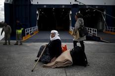Сирийская беженка в порту Пирея. 29 октября 2015 года. Еврокомиссия ожидает прибытия в Европейский союз около 3 миллионов беженцев к 2017 году, которые могут помочь увеличить объем производства в ЕС и даже улучшить бюджет в долгосрочной перспективе, если интегрируются в рабочую силу. REUTERS/Alkis Konstantinidis