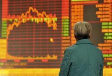 Un inversor frente a un panel electrónico que muestra la información de las acciones, en Fuyang, en la provincia china de Anhui, el 2 de noviembre de 2015. Las acciones chinas ampliaron el jueves sus ganancias luego de que los inversores buscaron los valores de primer nivel, lo que llevó el volumen de operaciones a su nivel más alto desde fines de julio. REUTERS/Stringer