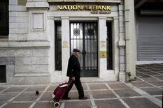 Un hombre camina afuera de una sucursal del Banco Nacional, en Atenas, Grecia, 31 de octubre de 2015. Los bancos europeos serán sometidos el próximo año a pruebas de solvencia para medir sus resistencia financiera ante condiciones adversas, dijeron reguladores el jueves, aunque ninguno puede fracasar ya que no habrá un capital de riesgo mínimo.  REUTERS/Michalis Karagiannis