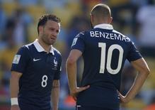 Mathieu Valbuena (E) e Karim Benzema (D), da seleção francesa, conversam durante partida pela Copa do Mundo de 2014, no Maracanã, no Rio de Janeiro. 04/07/2014 REUTERS/Charles Platiau