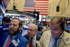 Operadores trabajando en la Bolsa de Nueva York, 5 de noviembre de 2015. Las acciones revertían las alzas tempranas y bajaban el jueves en la bolsa de Nueva York lideradas por el sector cuidado de la salud, que se hundía después de que Estados Unidos lanzó una investigación sobre los precios de los medicamentos. REUTERS/Brendan McDermid