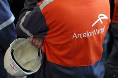 ArcelorMittal a revu en baisse vendredi sa prévision de bénéfice de 2015, déclarant que les cours de l'acier ont chuté en raison des exportations bon marché de la Chine. Le premier sidérurgiste mondial anticipe un excédent brut d'exploitation (EBE, Ebitda) de 5,2 à 5,4 milliards de dollars (4,8-5,0 milliards d'euros) alors qu'il projetait auparavant six à sept milliards. /Photo d'archives/REUTERS/Philippe Wojazer