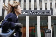 Женщина проходит мимо офиса NewsCorp в Нью-Йорке. 8 февраля 2012 года. Выручка медиахолдинга News Corp снизилась третий квартал подряд из-за укрепления доллара и снижения продаж печатной рекламы, в основном, в Австралии. REUTERS/Brendan McDermid