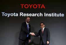 Le président de Toyota Akio Toyoda (à droite) et Gill Pratt, un ancien professeur du MIT désigné directeur général de l'institut de recherches Toyota, lors d'une conférence de presse à Tokyo. Le constructeur japonais a l'intention de fonder dans la Silicon Valley une société de recherche & développement dédiée à l'intelligence artificielle et qui emploiera dans les 200 personnes, ayant en ligne de mire le concept de voiture autonome. /Photo prise le 6 novembre 2015/REUTERS/Yuya Shino