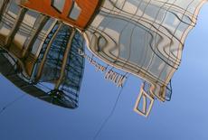 Отражение логотипа Deutsche Bank в Москва-реке. 14 сентября 2015 года. Deutsche Bank назначил Аннетт Фивег председателем правления банка в РФ вместо покинувшего этот пост в сентябре Йорга Бонгартца. REUTERS/Sergei Karpukhin