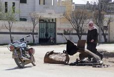 """Мужчина исследует место предполагаемой химической атаки в деревне Сармин провинции Идлиб в Сирии 17 марта 2015 года. Эксперты по химическому оружию утверждают, что в сирийском городе, где ведутся бои между """"Исламским государством"""" и другой повстанческой группой, применяется запрещённый газ иприт. Об этом говорится в документе, оказавшимся в распоряжении Рейтер. REUTERS/Mohamad Bayoush"""