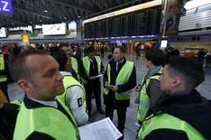 Personnel navigant de Lufthansa affilié au syndicat UFO en grève à l'aéroport de Francfort. Lufthansa a annulé 520 vols samedi à Francfort, au deuxième jour d'une grève du personnel navigant qui pourrait se prolonger la semaine prochaine après une pause dimanche. /Photo prise le 6 novembre 2015/REUTERS/Ralph Orlowski