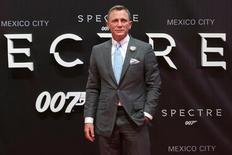 """Актер Дэниэл Крейг на премьере фильма """"Спектр"""" в Мехико. 2 ноября 2015 года. Продолжение киноэпопеи о Джеймсе Бонде и новый мультфильм о псе Снупи стали лидерами проката в кинотеатрах США в выходные. REUTERS/Ginnette Riquelme"""