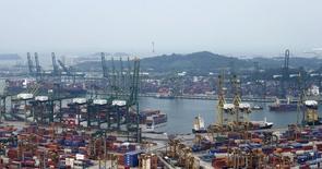 Vista general de una terminal de contenedores en un puerto de Singapur el 7 de juliio de 2015. Los flujos comerciales globales han caído peligrosamente a niveles asociados generalmente a una recesión mundial, aunque las medidas adoptadas por China y otros países deberían garantizar una reactivación en el 2016, dijo la OCDE en un informe publicado el lunes. REUTERS/Edgar Su