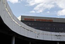 Вид на здание аэропорта Шереметьево под Москвой 24 июля 2013 года. Дочка инфраструктурного холдинга Мостотрест выиграла конкурс на реконструкцию автодороги между Шереметьево-1 и Шереметьево-2 с суммой контракта 2 миллиарда рублей, сообщила строительная компания в понедельник. REUTERS/Maxim Shemetov