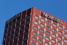 Novotel, marque du groupe AccorHotels, à Paris. AccorHotels et Samsung Electronics ont noué un partenariat stratégique qui prévoit notamment le déploiement de nouveaux concepts hôteliers connectés. /Photo prise le 11 octobre 2015/REUTERS/John Schults