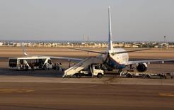 Пассажиры садятся в российский самолет в аэропорту Шарм-эш-Шейха 6 ноября 2015 года. Причиной крушения самолета Когалымавиа в Египте стало сработавшее на борту взрывное устройство, полагают представители России, переговоры которых удалось перехватить американской разведке, сообщили осведомленные  источники в США. REUTERS/Asmaa Waguih