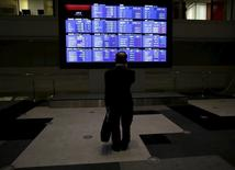 A man looks at an electronic board showing Japan's Nikkei average and related indices at the Tokyo Stock Exchange (TSE) in Tokyo August 26, 2015. REUTERS/Yuya Shino