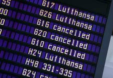 A l'aéroport de Munich. Lufthansa a annulé 930 vols prévus mercredi et en annulera 933 jeudi, après le rejet des recours déposés devant la justice pour ordonner la fin de la grève du personnel de cabine qui s'annonce comme la plus longue de l'histoire de la compagnie aérienne allemande. /Photo prise le 9 novembre 2015/REUTERS/Michael Dalder