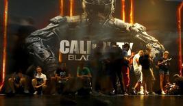 """El fabricante de videojuegos Activision Blizzard Inc dijo que el título """"Call of Duty: Black Ops III"""" generó más de 550 millones de dólares en ventas globales en los primeros tres días tras su lanzamiento el viernes, al inicio del período crucial de ventas de fin de año. Imagen de archivo con varias personas jugando """"Call Of Duty: Black Ops III"""" durante la feria Gamescom de Colonia, Alemania. 6 agosto 2015. REUTERS/Kai Pfaffenbach"""