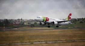 Avião da TAP no aeroporto de Lisboa. 11/06/2015. REUTERS/Rafael Marchante