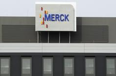 Merck KGaA a relevé son objectif annuel d'excédent brut d'exploitation (EBE, Ebitda) afin d'y intégrer son acquisition de l'américain Sigma-Aldrich. Le groupe pharmaceutique et chimique allemand anticipe un Ebitda de l'ordre de 3,58 à 3,65 milliards d'euros alors qu'il projetait auparavant 3,45 à 3,55 milliards. /Photo d'archives/REUTERS/Alex Domanski