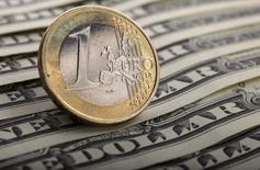 Les deux principales banques centrales du monde savent que les chemins opposés qu'elles s'apprêtent à suivre en matière de politique monétaire entraîneront des turbulences sur les marchés. Ces signaux ont fait perdre à l'euro plus de 5% face au dollar en quelques semaines. D'autres effets sur les marchés sont à prévoir. /Photo d'archives/REUTERS/Kacper Pempel