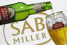 Бокал пива Stella Artois. Сараево, 5 ноября 2015 года. Пивоваренный гигант SABMiller сообщил в четверг об увеличении квартальных продаж, спустя день после того, как крупнейшая в мире пивоваренная компания Anheuser-Busch InBev запустила процесс слияния со своим конкурентом стоимостью более $100 миллиардов. REUTERS/Dado Ruvic