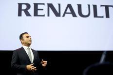 L'Etat français a proposé de limiter ses droits de vote dans Renault pour tenter de mettre fin au bras de fer engagé avec le constructeur français et son partenaire Nissan, mais Carlos Ghosn (photo), PDG des deux groupes, reste plus que jamais déterminé à imposer un renforcement du constructeur japonais au sein de l'alliance, ont déclaré plusieurs sources à Reuters. /Photo d'archives/REUTERS/Charles Platiau