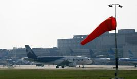 Aeronave da LAN, parte da Latam Airlines, vista em aeroporto em Buenos Aires.  21/08/2015   REUTERS/Marcos Brindicci