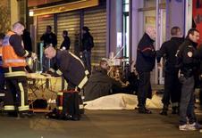 Equipes de emergência em local de ataque em Paris 13/11/2015   REUTERS/Philippe Wojazer