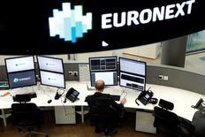Selon une porte-parole de l'opérateur Euronext, la Bourse de Paris ouvrira normalement lundi matin mais des mesures de sécurité supplémentaires seront prises après les attaques meurtrières de vendredi soir à Paris. /Photo prise le 30 octobre 2015/REUTERS/Benoît Tessier