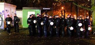 Polícia atua do lado de fora do estádio em Hanover após cancelamento de amistoso entre Alemanha e Holanda. 17/11/2015 REUTERS/Morris Mac Matzen