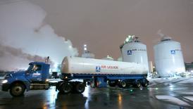 Air Liquide a signé un accord en vue de l'acquisition de son concurrent américain Airgas, une opération qui devrait être relutive dès la première année et permettre au chimiste français de devenir le numéro un du secteur en Amérique du nord. La transaction, approuvée à l'unanimité par les conseils d'administration d'Air Liquide et par celui d'Airgas, est proposée au prix de 143 dollars par action en numéraire, soit une valeur d'entreprise totale de 13,4 milliards de dollars. /Photo d'archives/REUTERS/J.P. Moczulski