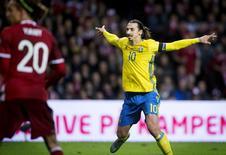 Ibrahimovic comemora gol da Suécia contra a Dinamarca. 17/11/2015.  REUTERS/Liselotte Sabroe/Scanpix