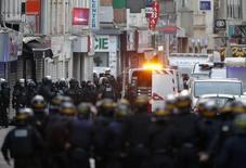 Французские полицейские во время проведения спецоперации в пригороде Парижа 18 ноября 2015 года. Выстрелы и взрывы гремели в северном пригороде Парижа Сен-Дени в среду утром в ходе спецоперации полиции по поимке подозреваемых в организации актов насилия во французской столице, унесших жизни почти 130 человек, сообщил Рейтер источник в полиции. REUTERS/Christian Hartmann