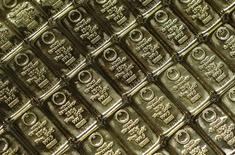 Слитки золота в офисе компании GSA в Вене. 22 июля 2013 года. Цены на золото стабилизировались вблизи шестилетнего минимума на фоне снижения доллара и накануне публикации протокола октябрьского совещания ФРС, который может усилить ожидания повышения процентных ставок в декабре. REUTERS/Leonhard Foeger