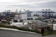 Le gouvernement grec a repoussé du 3 au 15 décembre la date limite pour le dépôt des offres contraignantes pour la privatisation d'OLP, l'opérateur du port du Pirée, à la demande des parties intéressées. /Photo d'archives/REUTERS/Alkis Konstantinidis