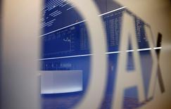 Les principales Bourses européennes sont en légère hausse vendredi en début de séance après un nouveau discours de Mario Draghi confortant le scénario d'une amplification du programme d'achats d'actifs de la BCE. À Paris, l'indice CAC 40, gagne 0,07% à 4.918,55 points à 8h22 GMT. À Francfort, le Dax prend 0,21% et à Londres, le FTSE s'adjuge 0,1%. /Photo d'archives/REUTERS/Kai Pfaffenbach