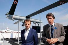 Le PDG de Thales, Patrice Caine, aux côtés du ministre de l'Economie, Emmanuel Macron, lors de la présentation du drone Watchkeeper au salon du Bourget. Les deux champions français de l'électronique de défense, Safran et Thales, sauront à la fin de l'année lequel de leurs drones tactiques sera choisi pour accompagner les interventions au sol de l'armée française, en particulier en Afrique où progresse Daech. /Photo prise le 20 juin 2015/REUTERS/Pascal Rossignol