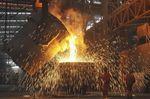 Trabajadores en una acería en Dalian, Liaoning, 13 de julio de 2012. La producción global de acero crudo cayó 3,1 por ciento a 134 millones de toneladas en octubre respecto a igual mes del año pasado, mostraron el viernes cifras de la Asociación Mundial del Acero.  REUTERS/China Daily