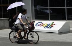 Google souhaiterait lancer la version chinoise de Google Play, le magasin d'applications du groupe, l'an prochain, ce qui serait sa première incursion majeure sur le marché chinois dans ce domaine depuis son retrait en 2010. /Photo d'archives/REUTERS/Jason Lee