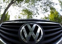 Volkswagen a déclaré aux autorités américaines que les problèmes relatifs au niveau d'émissions polluantes de ses voitures de grosse cylindrée remontaient à 2009 et concernaient des milliers de véhicules supplémentaires aux Etats-Unis, a annoncé vendredi l'Agence américaine de protection de l'environnement . /Photo prise le 24 septembre 2015/REUTERS/Jim Young