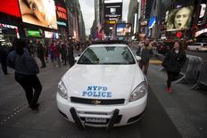Carro de polícia na Times Square, em Manhattan, como parte de um reforço na segurança. 22/11/2015 REUTERS/Carlo Allegri