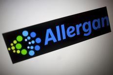 Allerggan est, comme Pfizer, une valeur à suivre lundi à Wall Street. Les deux groupes pharmaceutiques ont annoncé avoir conclu un accord de fusion, une opération réalisée sur la base d'une valeur de 160 milliards de dollars (150,5 milliards d'euros) qui créera le nouveau numéro un mondial du secteur. /Photo prise le 23 novembre 2015/REUTERS/Thomas White