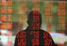 Инвестор в брокерской конторе в Фуяне. 8 октября 2015 года. Китайские акции во вторник отыграли предыдущие потери и завершили торги небольшим подъемом благодаря росту котировок мелких компаний, компенсировавшему слабость компаний добывающего сектора. REUTERS/Stringer