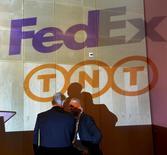 Le président de TNT Express, Anthony Burgmans (à gauche), et celui de FedEx Express Europe, David Binks. Les deux groupes de messagerie et de logistique ont obtenu l'aval des autorités américaines de la concurrence à leur projet de fusion. /Photo prise le 7 avril 2015/REUTERS/Toussaint Kluiters/United Photos