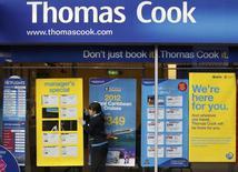Le voyagiste britannique Thomas Cook estime qu'il pourra à nouveau verser un dividende en 2017 au vu de l'évolution positive de ses activités depuis le début de l'exercice en cours. /Photo d'archives/REUTERS/Darren Staples