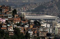 Estádio do Maracanã visto ao lado de favelas, no Rio de Janeiro.   19/11/2015    REUTERS/Sergio Moraes