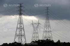 Linhas de transmissão de energia próximas à represa Billings, em Diadema. 11/02/2015. REUTERS/Paulo Whitaker
