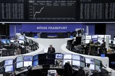 Les Bourses européennes ont accéléré leur hausse au cours de la matinée et affichaient une progression d'environ 1% jeudi vers la mi-séance, soutenues notamment par les valeurs automobiles, technologiques et celles liées aux matières premières. À Paris, le CAC 40 prenait 1,1% à 12h55. À Francfort, le Dax avançait de 1,53% et à Londres, le FTSE de 0,64%./Photo prise le 26 novembre 2015/REUTERS/Staff/Remote