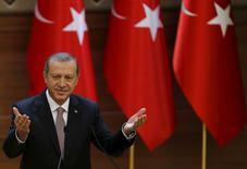 Президент Турции Тайип Эрдоган выступает с речью в президентском дворце в Анкаре. 26 ноября 2015 года. Россия должна извиниться за нарушение турецкого воздушного пространства, заявил президент Турции Тайип Эрдоган спустя несколько дней после того, как российский бомбардировщик Су-24 был сбит турецкими ВВС в районе сирийской границы. REUTERS/Umit Bektas
